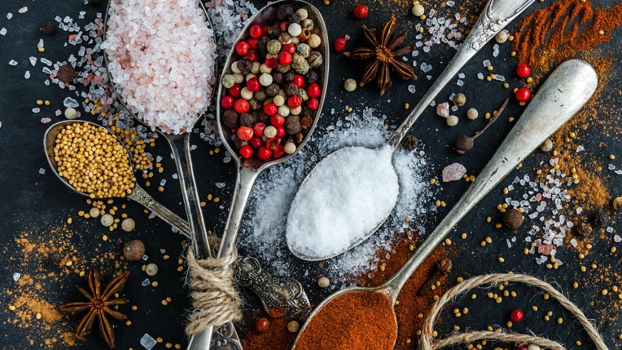 Verschillende gezonde kruiden toevoegen aan je gerechten